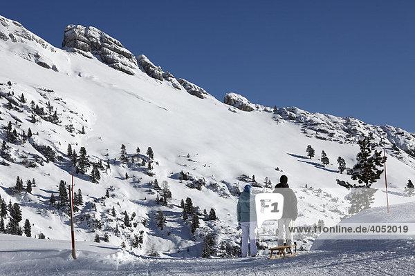 Paar mit Schlitten vor Haiderjoch im Rofan  Rofangebirge  Tirol  Österreich  Europa