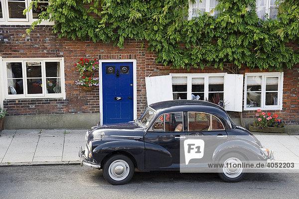 Altes Auto vor Wohnhaus in Arundel  Sussex  Großbritannien  Europa