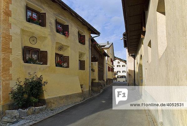 Straße in Sent  Unterengadin  Kanton Graubünden  Schweiz  Europa