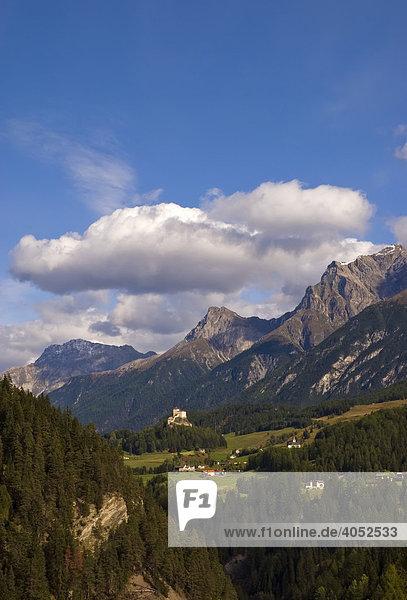 Landschaft der Unterengadiner Dolomiten mit Tarasp und Schloss Tarasp  im Hintergrund Piz Pisoc (3173 m über NN)  Piz Lischana (3105 m über NN) und Piz S-chal·mbert (3031 m über NN)  Unterengadin  Kanton Graubünden  Schweiz  Europa