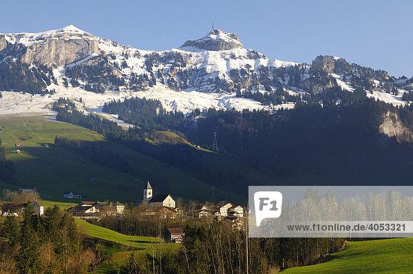 Blick auf die Gemeinde Brülisau  dahinter das Alpsteingebirge mit dem Hohen Kasten  Kanton Appenzell Innerrhoden  Schweiz  Europa