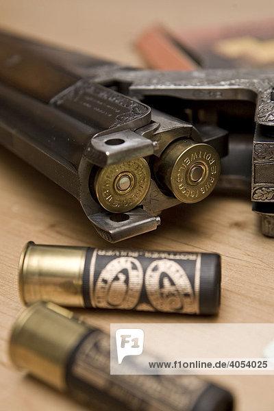 Jagdwaffe,  Schrotflinte,  Bockflinte mit Gravur,  Patronen,  Jagdschein und Waffenbesitzkarte