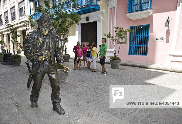 Bronzestatue des Franz von Asissi  Bart oder Hand anfassen bringt Glück  Altstadt  Havanna  Kuba  Karibik