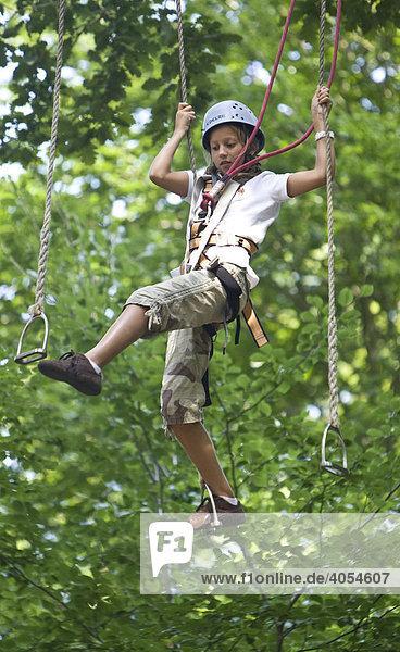 Junges Mädchen  ca. 11 Jahre  läuft auf Steigbügeln in ca. 10 Meter Höhe zwischen Bäumen  Kletterwald  Neroberg  Wiesbaden  Hessen  Deutschland  Europa Junges Mädchen, ca. 11 Jahre, läuft auf Steigbügeln in ca. 10 Meter Höhe zwischen Bäumen, Kletterwald, Neroberg, Wiesbaden, Hessen, Deutschland, Europa