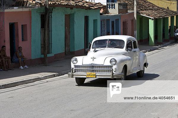 Oltimer fährt in Trinidad  Provinz Sancti-Spíritus  Kuba  Cuba  Lateinamerika  Amerika