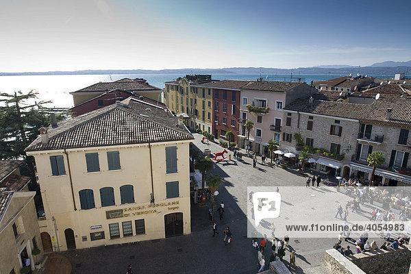 Altstadt von Sirmione  hinten der Gardasee  Lago di Garda  Lombardei  Italien  Europa