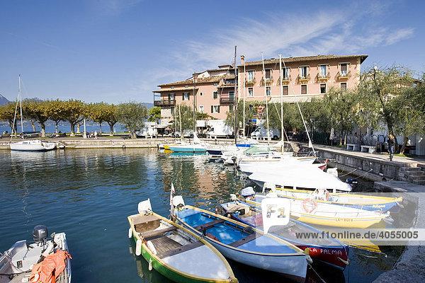 Kleiner Hafen in der Ortschaft Torri del Bénaco am Gardasee  Lago di Garda  Lombardei  Italien  Europa