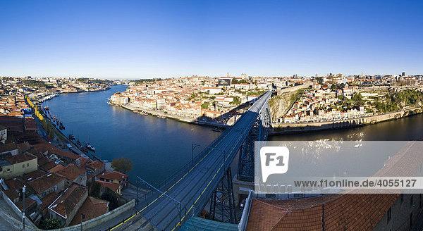 Blick von dem Stadtteil Vila Nova de Gaia auf Porto  hinten Cais da Ribeira mit der Altstadt  vorne die Brücke Ponte de Dom Luis I  Dom Luis I Brücke  Fluss Rio Duoro  Porto  UNESCO Weltkulturerbe  Portugal  Europa