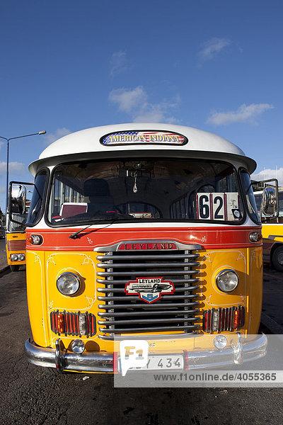 Typischer öffentlicher Bus in Malta an der City Gate  Valletta  Malta  Europa