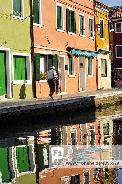 Bunte Häuserzeile mit Wasserspiegelung  Insel Burano  Venedig  Italien  Europa