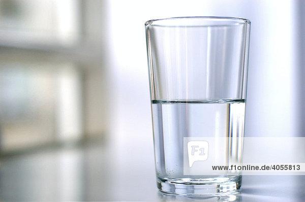 Ein Glas Wasser  halbvoll  halbleer