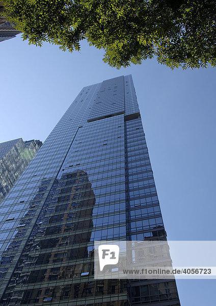 Spiegelung in einem Wolkenkratzer  New York City  USA