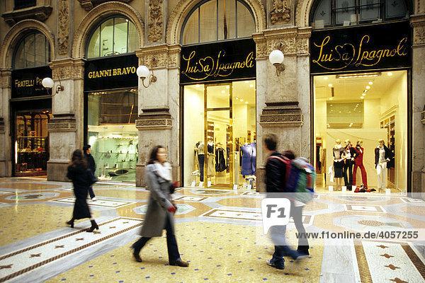 Galleria Vittorio Emanuele II  il salotto  exklusive Galerie  Schaufenster in Einkaufspassage mit feinen Geschäften und Marmor Bodenbelag  Mailand  Lombardei  Italien  Europa