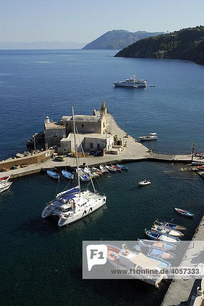 Blick vom Burgberg auf den Hafen Marina Corta und die Kirche Anime del Purgatorio in Lipari-Stadt auf der Insel Lipari  Äolische oder Liparische Inseln  Tyrrhenisches Meer  Süditalien  Italien  Europa