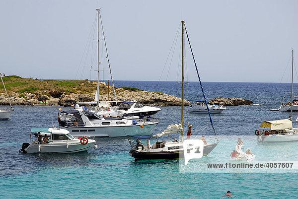 Boote an der Mittelmeerküste  Playa  Platja de Ses Illetes  Tourismus in einer Bucht westlich von Palma de Mallorca  Mallorca  Balearen  Spanien  Europa