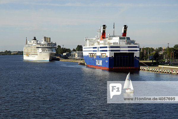 Der Daugava  Duena Fluss mit Fährschiffen  Blick von der Vansu tilts Brücke  Riga  Lettland  Latvija  Baltikum  Nordosteuropa