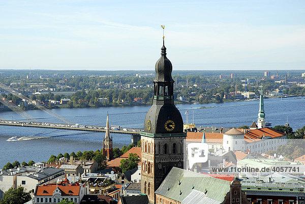 Blick von der St. Petrikirche  Sv. Petera baznica  basuica  auf den Daugava  Duena Fluss und den Doma baznica Dom in der Altstadt Vecriga  Riga  Lettland  Latvija  Baltikum  Nordosteuropa