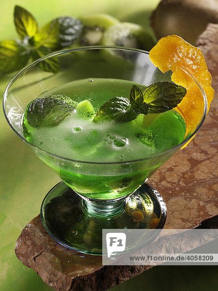 Kiwi Pfefferminz Bowle im Glas - Rezeptdatei vorhanden Kiwi Pfefferminz Bowle im Glas - Rezeptdatei vorhanden