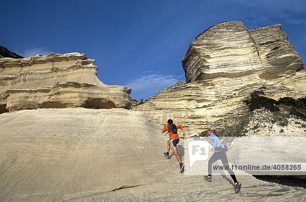 Mann und Frau beim Running,  Crossrunning,  Steilküste,  Santa Manza,  Bonifacio,  Korsika,  Frankreich,  Europa