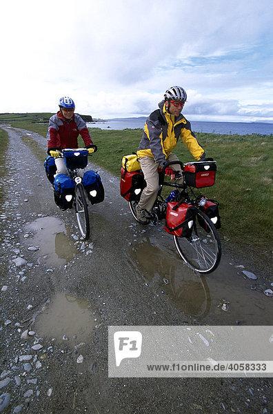 Radfahrer  Regen  Killary Bay  Connemara  County Galway  Irland  Europa