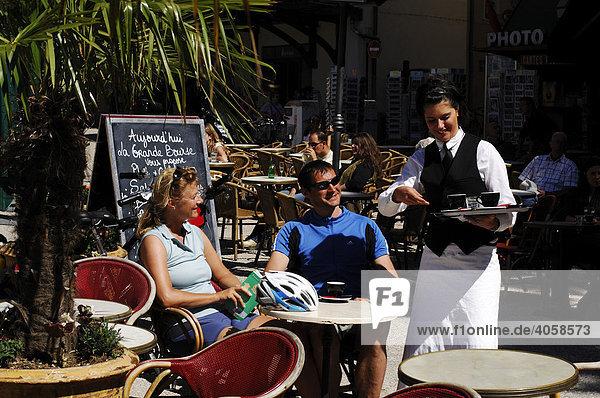 Touristen und Kellnerin in einem Cafe in Nîmes  Provence  Frankreich  Europa