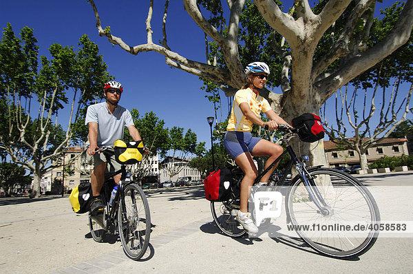 Radfahrer in Tarascon  Provence  Frankreich  Europa