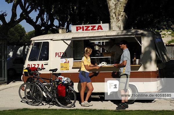 Radfahrer vor Pizza-Imbiss in Tarascon  Provence  Frankreich  Europa