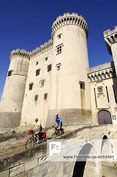 Radfahrer am Chateau du Roi Rene  Tarascon  Provence  Frankreich  Europa