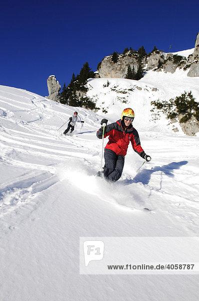 Skifahrer am Idealhang  Latschenkopf  Brauneck  Bayrische Alpen  Bayern  Deutschland  Europa