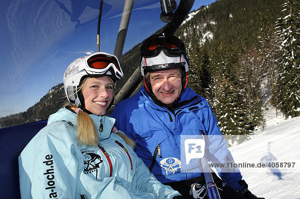 Skifahrer bei der Stümpfling Express-Bahn  Skigebiet Spitzing  Bayrische Alpen  Oberbayern  Deutschland  Europa