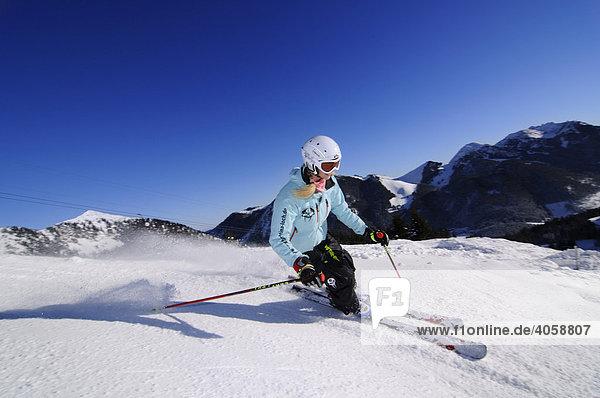 Skifahrerin im Skigebiet Spitzing  Bayerische Alpen  Bayern  Deutschland  Europa