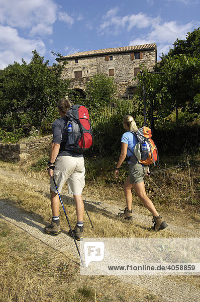 Wanderer in Saint Melany  Ardèche  Rhones-Alpes  Frankreich  Europa
