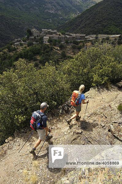 Wanderer bei Thines  Ardèche  Rhones-Alpes  Frankreich  Europa