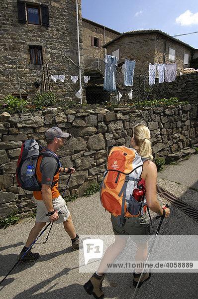 Wanderer in Veyrines  Ardèche  Rhones-Alpes  Frankreich  Europa