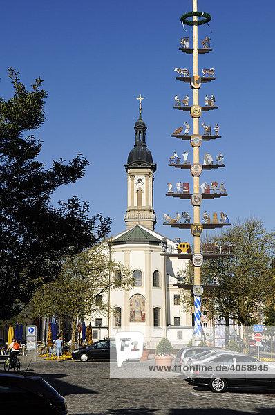 Maibaum und Kirche  Stadtplatz  Traunstein  Chiemgau  Bayern  Deutschland  Europa