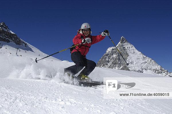 Skifahrer im Funpark am Trockenen Steg  Matterhorn  Zermatt  Wallis  Schweiz  Europa