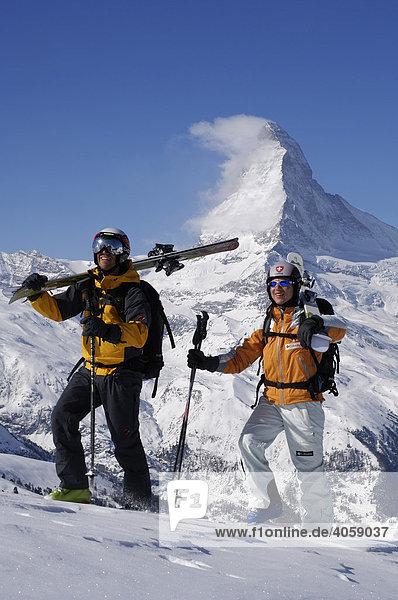 Skifahrer  Freerider tragen Ski auf das Rothorn  Matterhorn  Zermatt  Wallis  Schweiz  Europa
