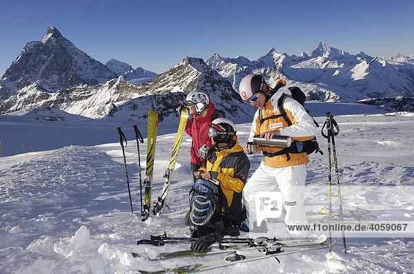 Skifahrer am Theodulgletscher  Kleines Matterhorn  Matterhorn  Zermatt  Wallis  Schweiz  Europa