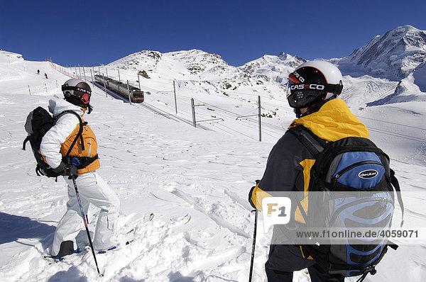 Skifahrer an Gornergratbahn  Matterhorn  Zermatt  Wallis  Schweiz  Europa