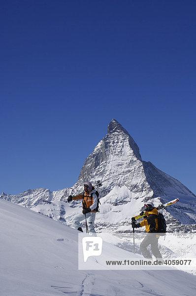 Skifahrer beim Aufstieg zum Riffelberg  Matterhorn  Zermatt  Wallis  Schweiz  Europa