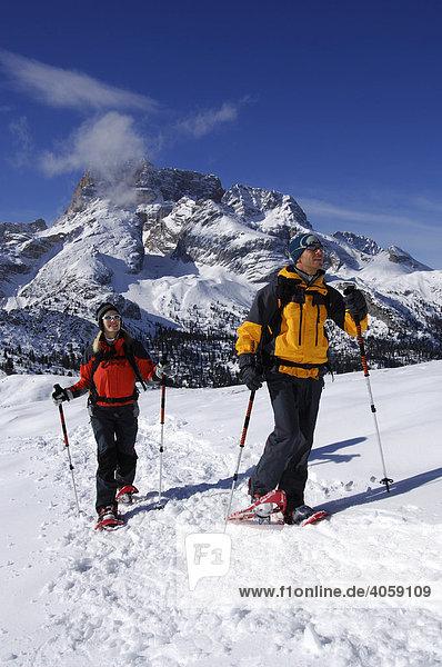 Schneeschuhwanderer auf der Plätzwiese  dahinter die Hohe Gaisl  Hochpustertal  Dolomiten  Südtirol  Italien  Europa
