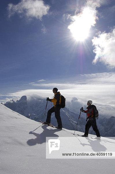 Schneeschuh-Touristen auf der Plätzwiese vor dem Monte Cristallo Massiv  Hochpustertal  Dolomiten  Südtirol  Italien  Europa