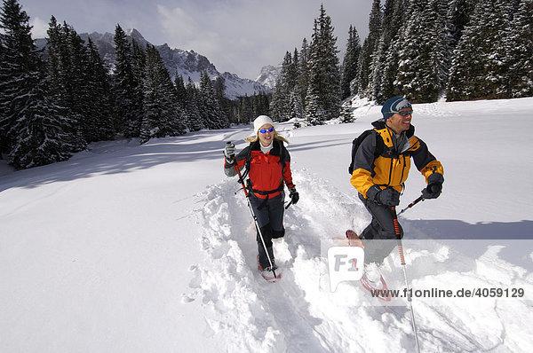 Schneeschuh-Wanderer auf dem Weg zur Alpe Nemes  Hochpustertal  Dolomiten  Südtirol  Italien  Europa