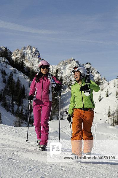 Junge Frauen beim Skifahren  Kreuzberghang  Hochpustertal  Südtirol  Dolomiten  Italien  Europa