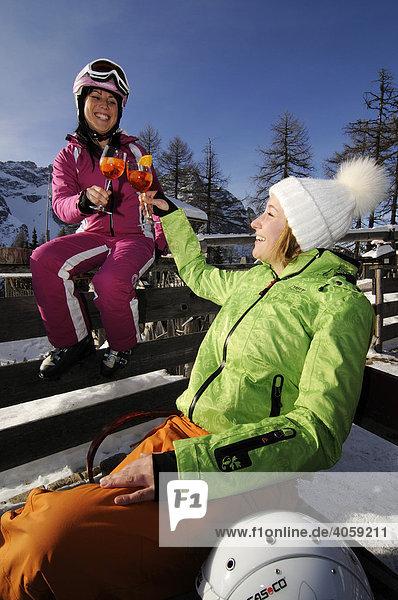 Junge Frauen beim Après-Ski vor der Rotwandwiesenhütte  Hochpustertal  Südtirol  Dolomiten  Italien  Europa