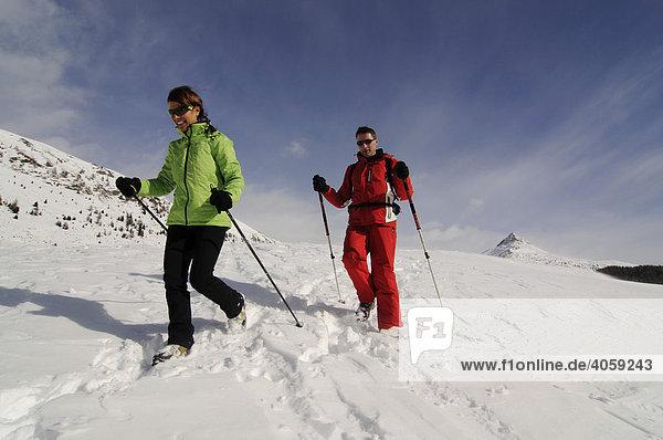Wanderer auf der Alpe Nemes  Hochpustertal  Südtirol  Dolomiten  Italien  Europa
