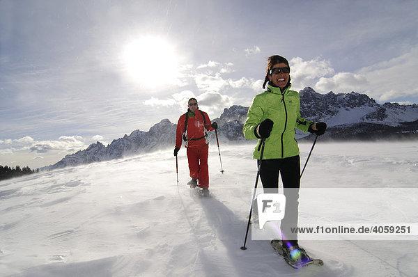 Schneeschuh-Wanderer auf der Alpe Nemes  Hochpustertal  Südtirol  Dolomiten  Italien  Europa