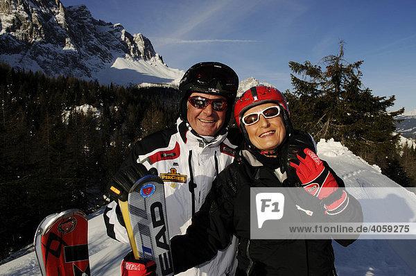 Best Ager beim Skifahren  Kreuzberghang  Blick auf Elfer und Rotwand  Hochpustertal  Südtirol  Dolomiten  Italien  Europa