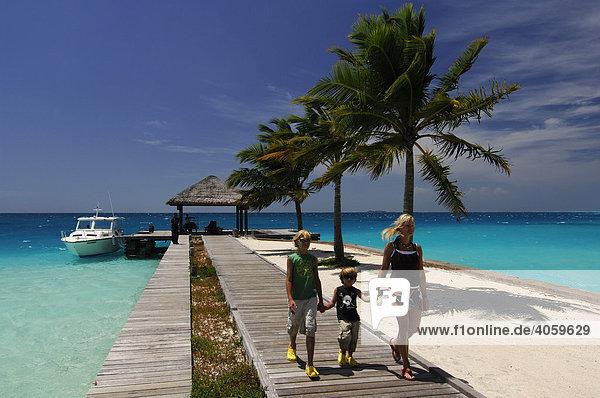 Frau und zwei Kinder am Landesteg  Laguna Resort  Malediven  Indischer Ozean