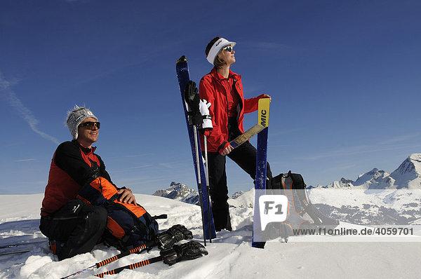 Skibergsteiger am Parwengsattel machen Rast  Sankt Stephan  Zweisimmen  Saanenland  Westalpen  Berner Oberland  Schweiz  Europa